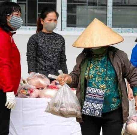 No Vietnã, grupo voluntário católico ajuda os que sofrem pela pandemia