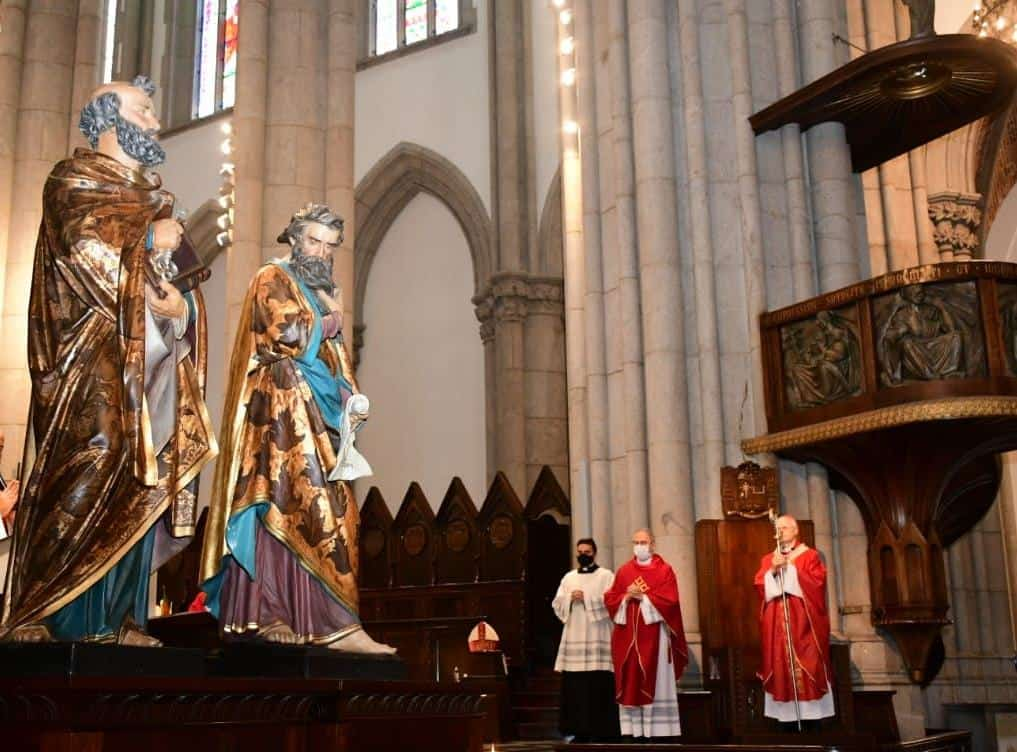 Colunas da Igreja, São Pedro e São Paulo testemunham firmemente a fé