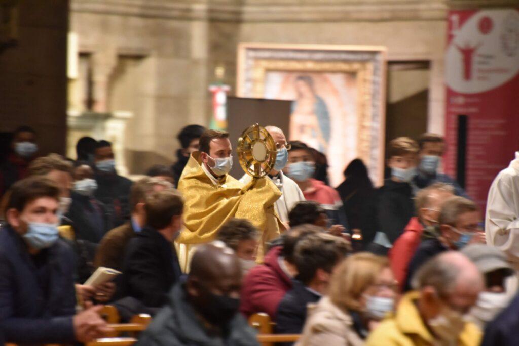Governo da França revisa limitação de pessoas em missas